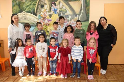 ІІ А група - г-жа Рени Митрина, г-жа Анна Благолажова, Соня Димчева - помощник - възпитател  (1)