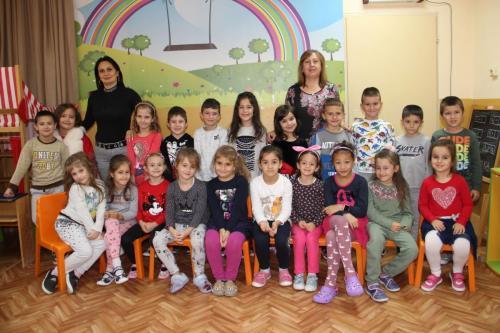 ІV Б група - г-жа Даниела Серафимова, г-жа Мариела Янкова, Вера  Дишкова– помощник-възпитател  (1)